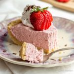 An easy no-bake strawberry cream pie with great fresh strawberry flavor! | low carb, gluten-free, keto, thm