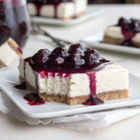 These low carb no-bake cheesecake bars are topped with a yummy blueberry sauce. | Low carb, Gluten- free, LCHF